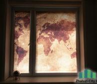 Свободносвисающте фоторольшторы с изображением карты земли на пластиковом окне